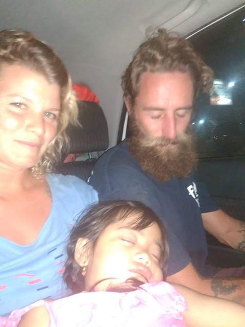 Diana García junto a su pareja y a una niña hija de indonesios que les ayudaron a llegar al ferry rumbo a Bali. | DA