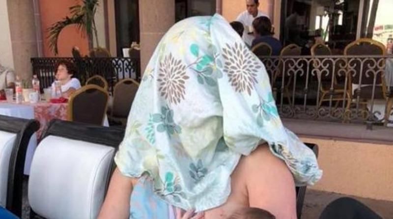 La mujer, dando de mamar a su bebé. / FACEBOOK