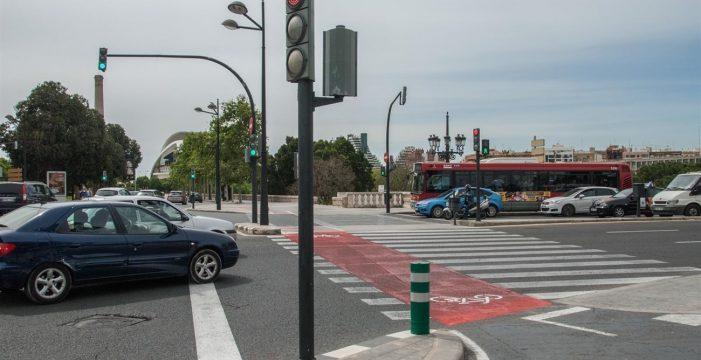 Polémica ante la propuesta de Tráfico de no quitar puntos por mirar el móvil en un semáforo