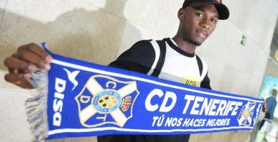 Llegada del jugador del Tenerife Chilunda. / FOTO: Sergio Méndez