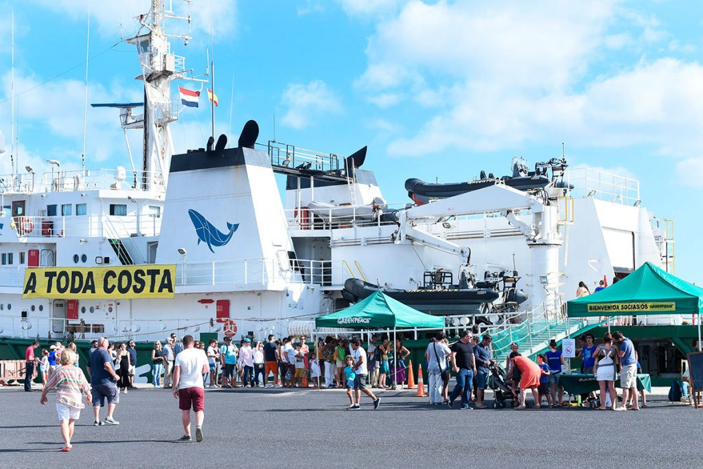 El barco de Greenpeace, fondeado en la dársena de Los Llano