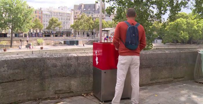"""Polémica en París por unos urinarios """"exhibicionistas"""""""