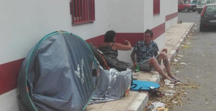Desalojada una veintena de casetas en la playa de Las Burras, en Arona