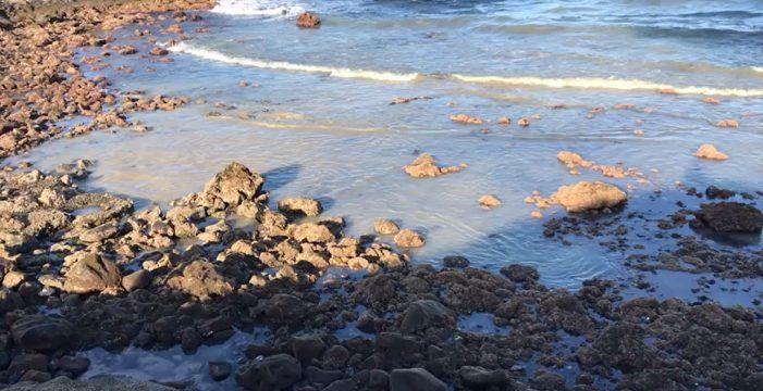 Granadilla admite que el vertido en la playa de La Batata se debe a una red obsoleta