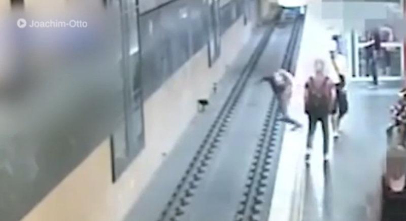 Tira a un desconocido a las vías del metro tras discutir con su novia. / YOUTUBE