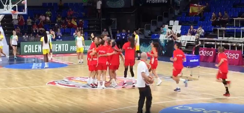 La selección española calienta antes del partido España-Australia. / DA