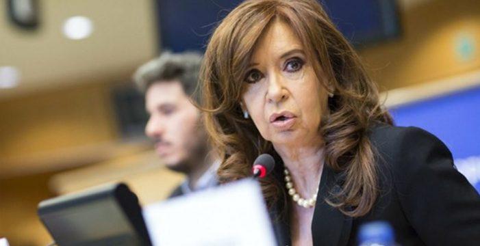 """Procesada la expresidenta argentina Cristina Fernández como jefa de una """"banda paraestatal"""" de sobornos"""