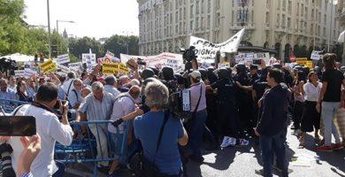 Pensionistas y antidisturbios acaban a empujones frente al Congreso