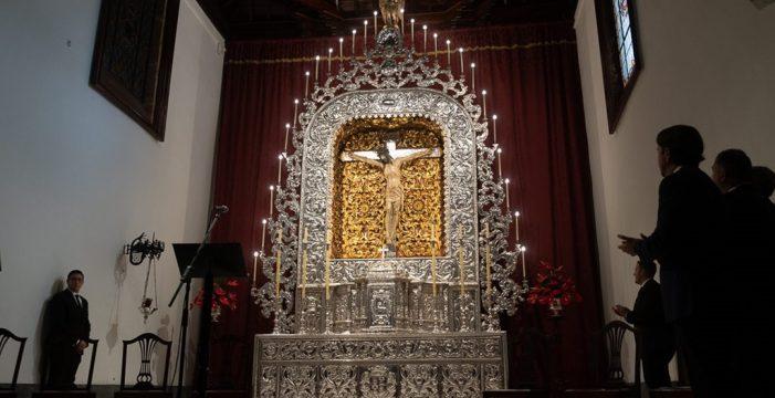 El Cristo ya luce en su mejorado altar