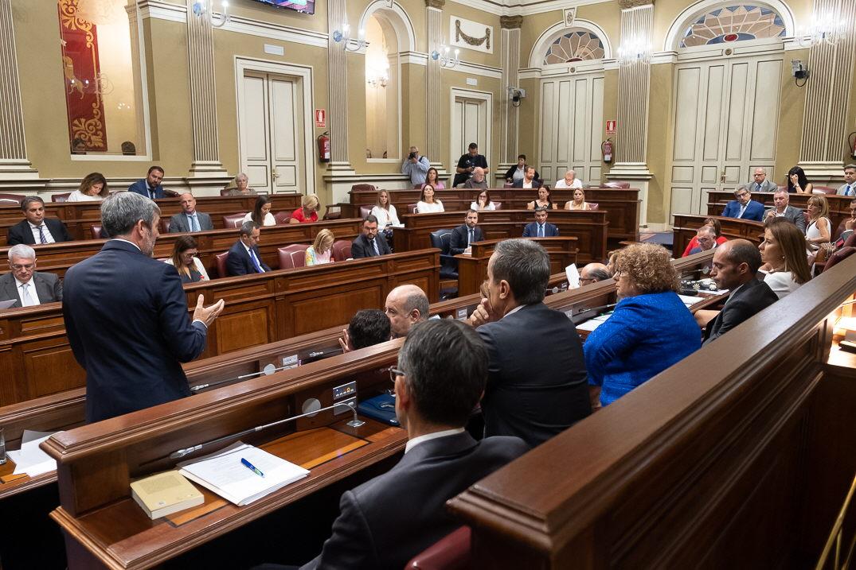Fernando Clavijo se dirige desde su escaño al Pleno del Parlamento de Canarias, ayer en Santa Cruz de Tenerife. Fran Pallero