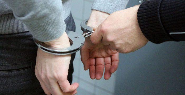 Detenido por ir sin mascarilla escupiendo a los clientes de un comercio