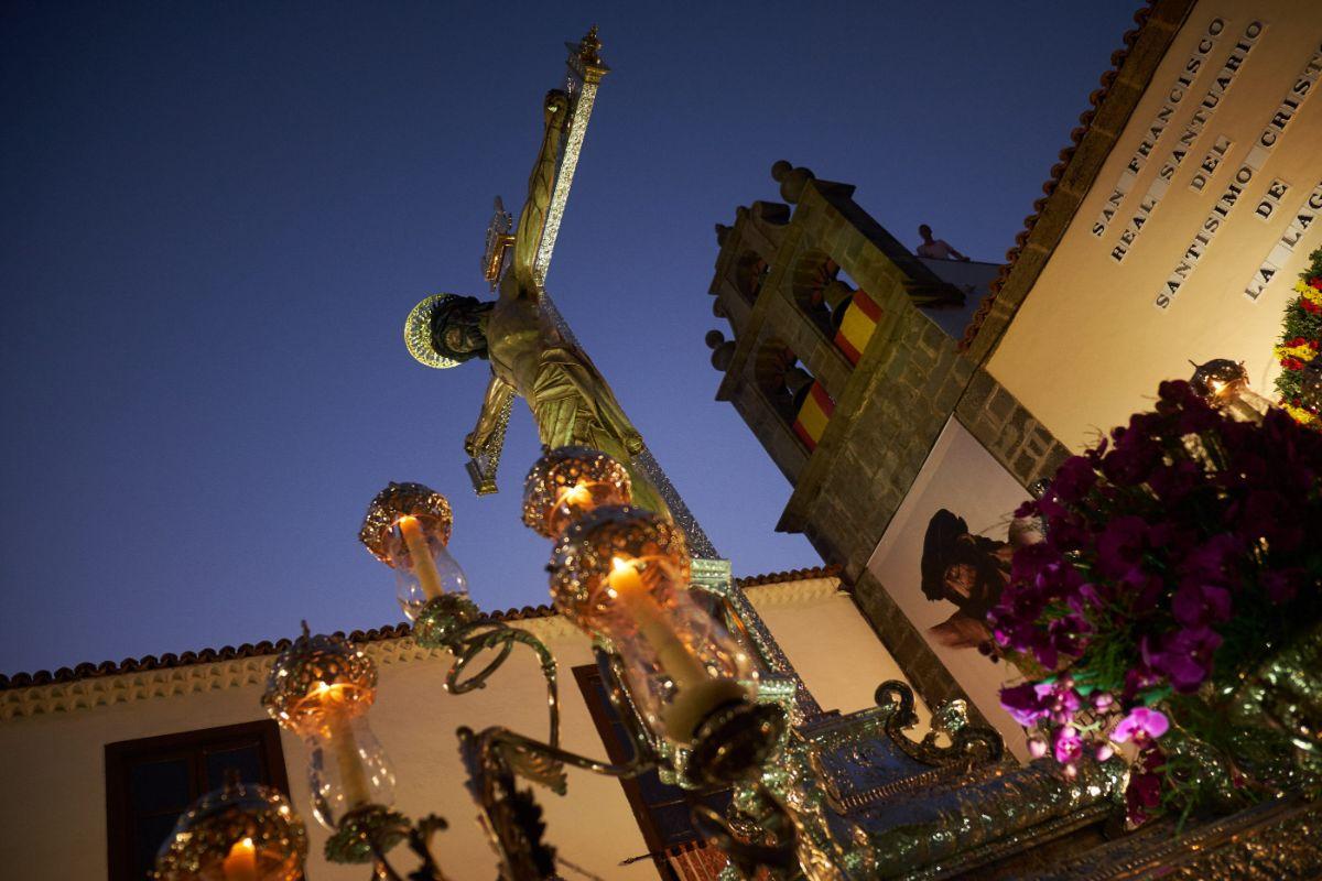 El Cristo saliendo en procesión desde su santuario, ayer por la noche, y misa por la mañana en la catedral, a la derecha. Fran Pallero