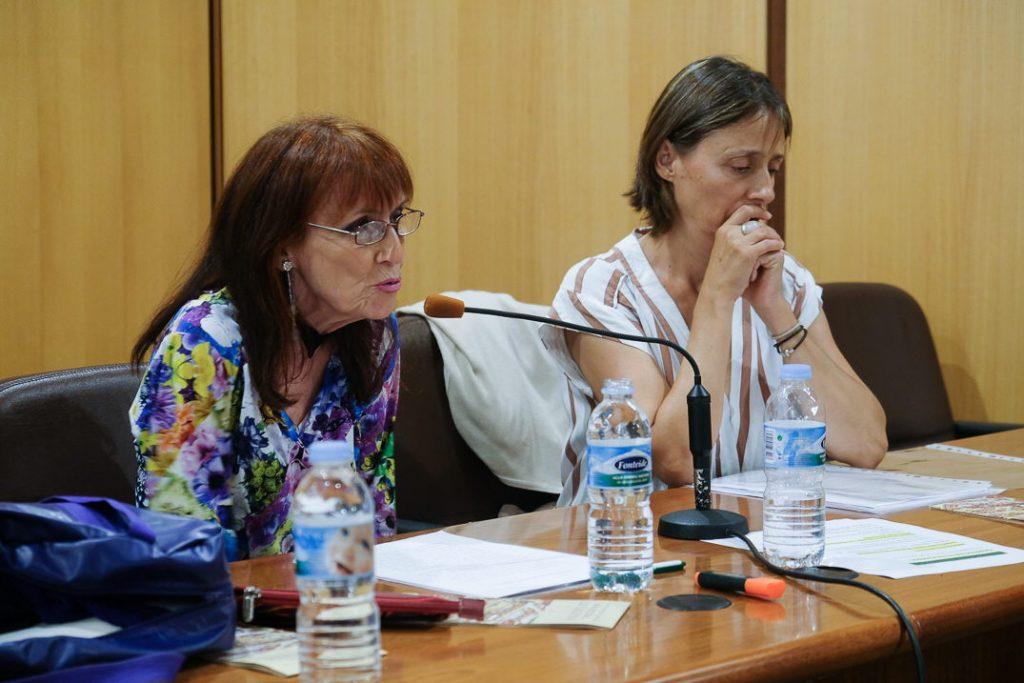 Annie Le Brun, junto a la directora del encuentro y profesora de la ULL, Patricia Pareja. Fran Pallero