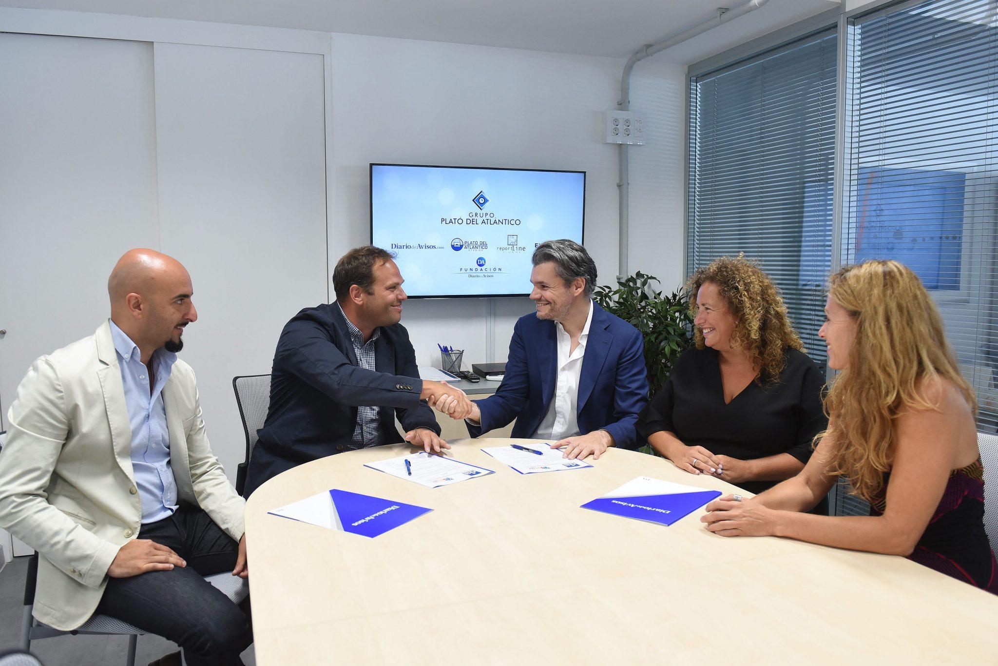 Firma del acuerdo entre Diario de Avisos y KidsLife en las oficinas del decano / Sergio Méndez