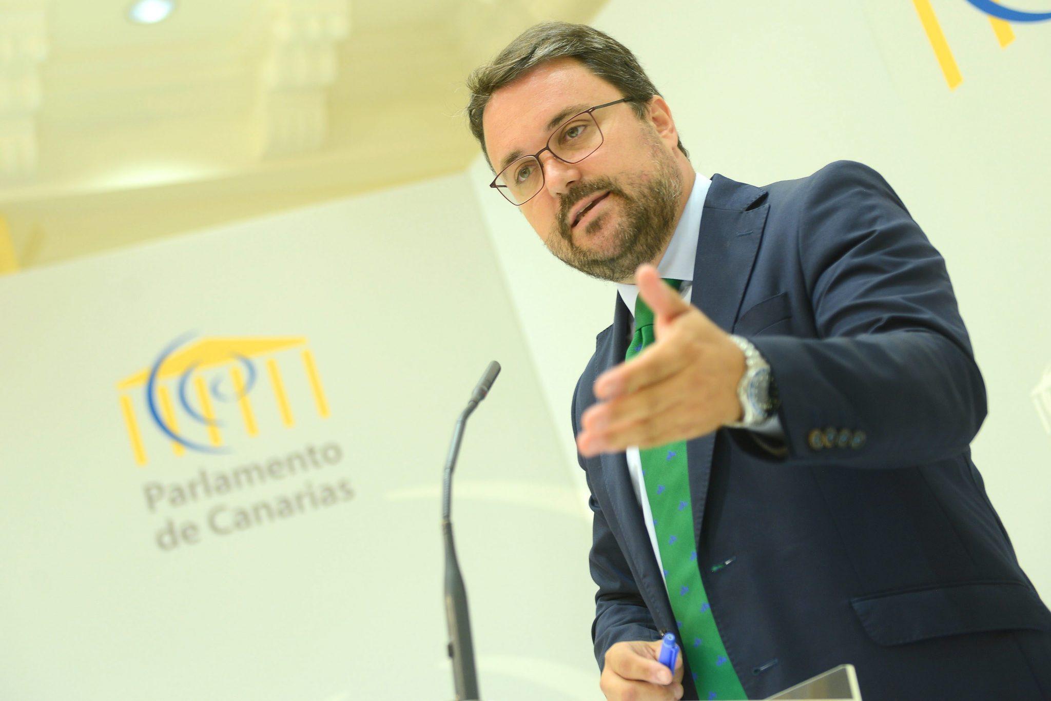 El presidente del PP de Canarias y del grupo parlamentario, Asier Antona, en una rueda de prensa. / SERGIO MÉNDEZ