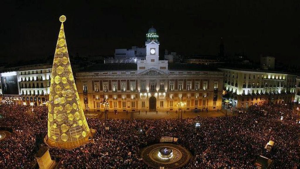 Puerta del Sol durante las campanadas de fin de año / EE