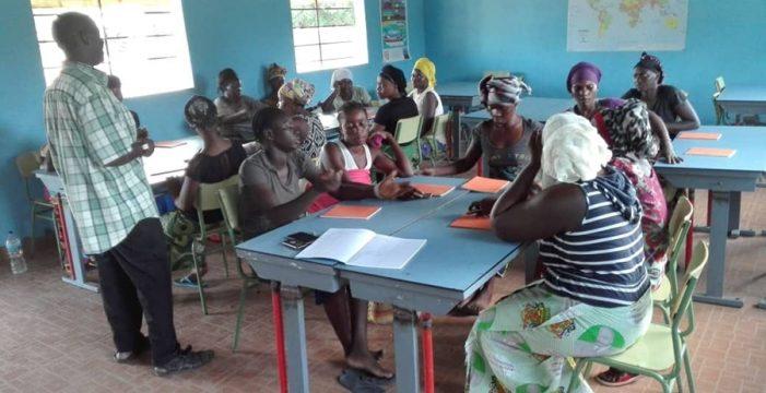 La ONG Solidarios Canarios ayuda a aprender a leer y escribir a las mujeres de Jalo Koto, en Gambia