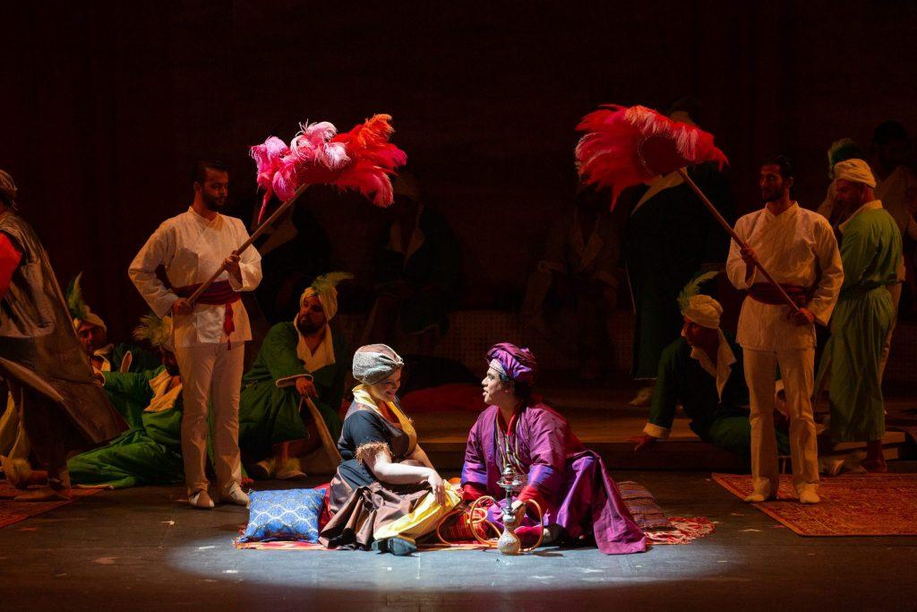 Una imagen de la puesta en escena de esta ópera de Rossini, La italiana en Argel. DA