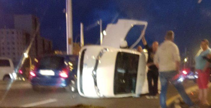 Vuelca un coche tras colisionar contra una guagua en la rotonda de Taco