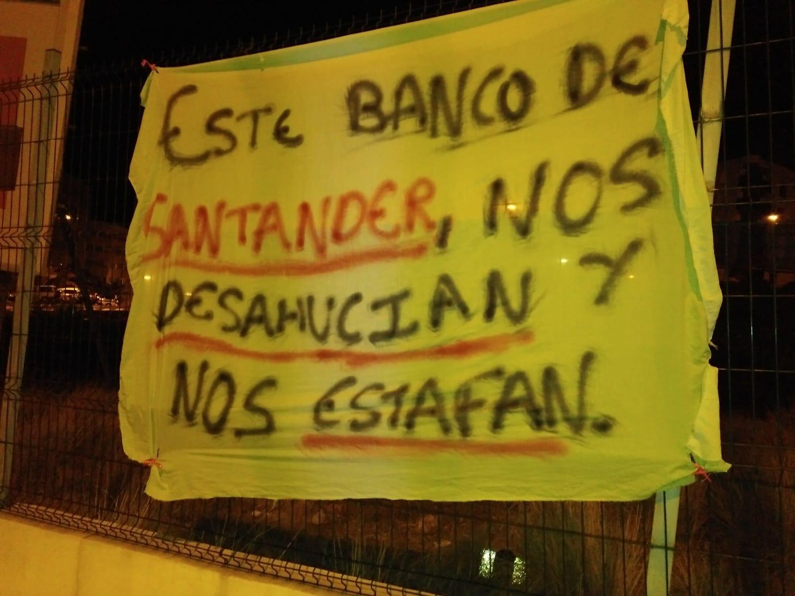 Los vecinos han colocado carteles de denuncia tanto en los pisos afectados como en lugares comunes. DA