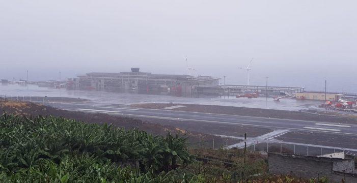 El mal tiempo deja más de una veintena de vuelos cancelados en La Palma y Tenerife