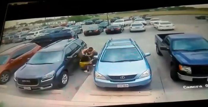 Un hombre le propina esta tremenda paliza a una mujer por quitarle el sitio para aparcar