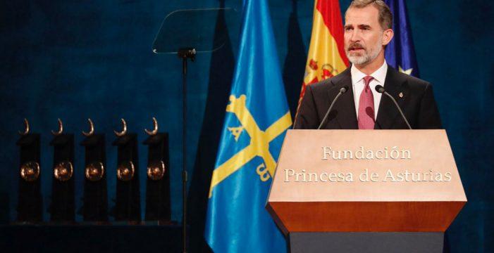 """El Rey homenajea a la Constitución como lección de convivencia, que representa """"democracia y libertad"""""""