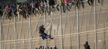 Fallece un inmigrante y otros 200 logran pasar en un nuevo salto masivo a la valla de Melilla