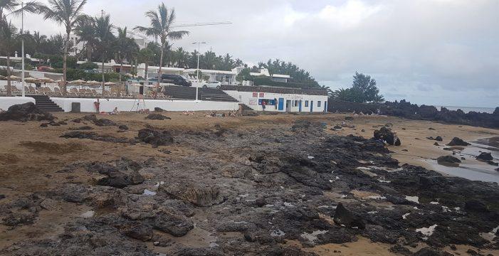 Playa Chica en Lanzarote se queda sin arena por el fuerte oleaje