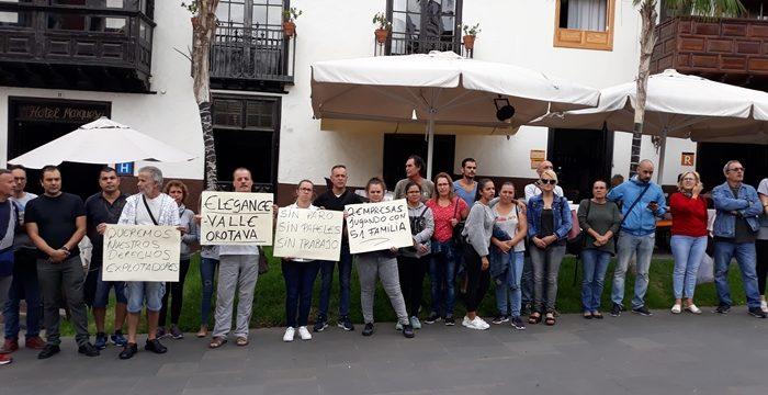 Los empleados del hotel Dania se concentran hoy frente al Cabildo