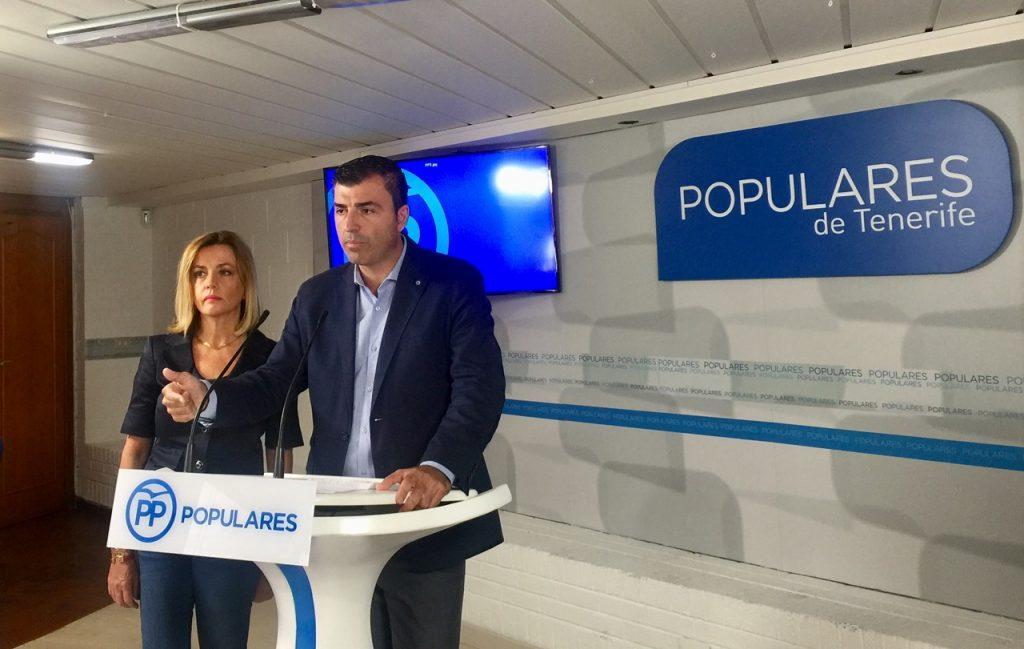 Ana Zurita y Manuel Domínguez, en la sede insular del PP de Tenerife. DA