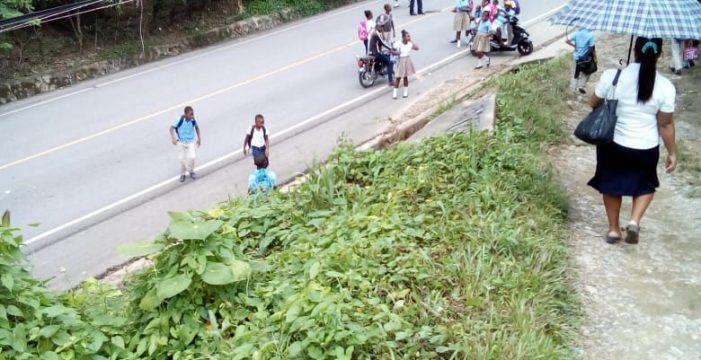 Diez kilómetros caminando entre tierra, fango y lluvia para ir al colegio