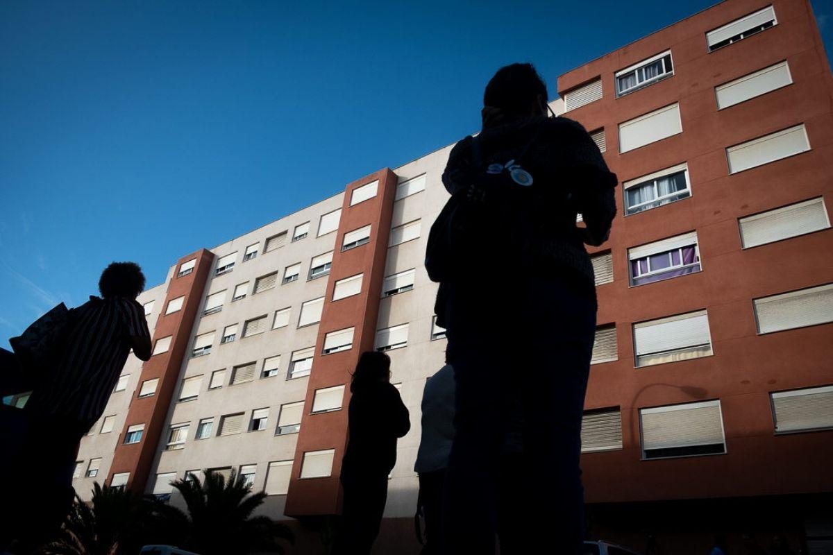 Varios afectados pasan ayer frente a uno de los bloques de Añaza sobre cuyos moradores pende la amenaza de un posible desahucio masivo. Fran Pallero