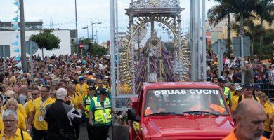 Miles de fieles acompañan a la Virgen desde Santa Cruz a La Laguna