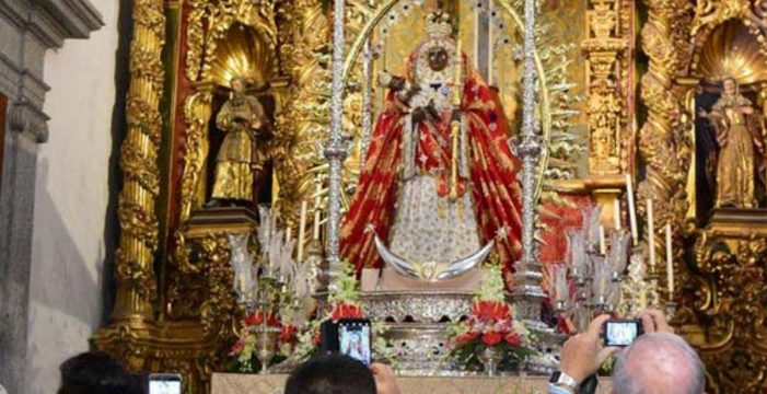 Los fieles honran a La Morenita