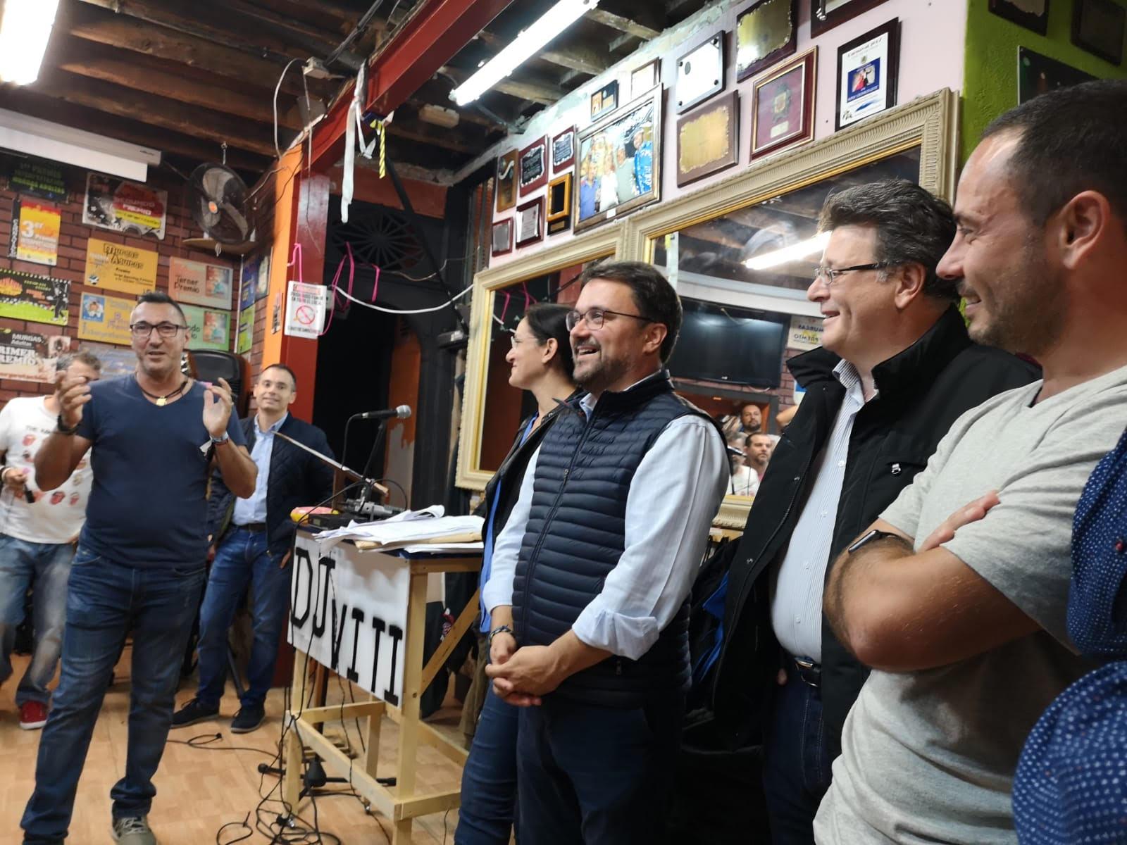 Asier Antona visita a los grupos del Carnaval. / DA