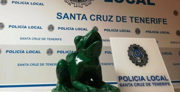 Arrancan una rana de la fuente de la Plaza de Los Patos en Santa Cruz y la dejan abandonada