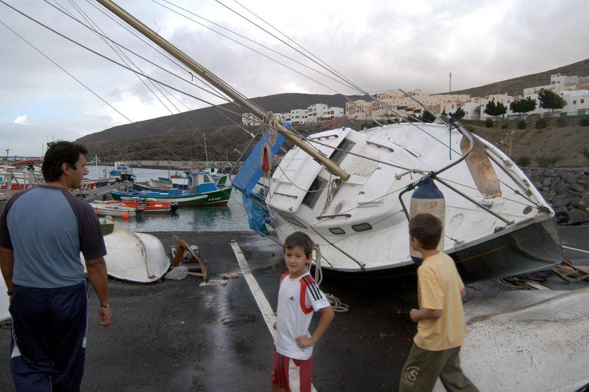 Barco varado muelle de Gran Tarajal, Fuerteventura_442 TORMENTA DELTA
