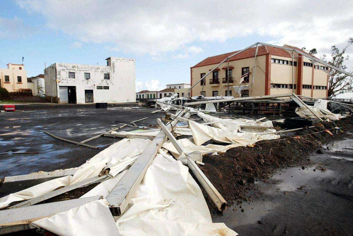 Destrozada la carpa instalada para las proximas fiestas de Puntallana, La Palma _798 TORMENTA DELTA