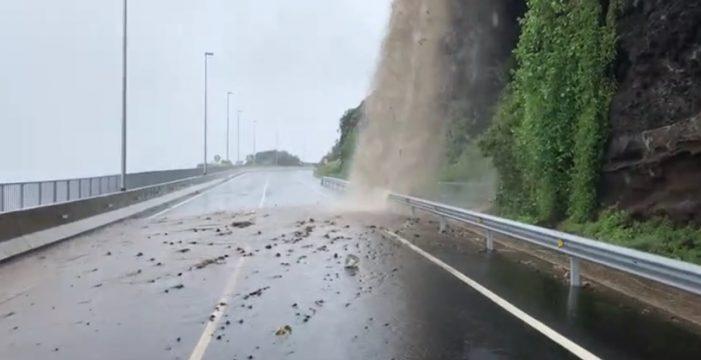 Las lluvias obligan a cerrar durante más de una hora la carretera de acceso a Martiánez