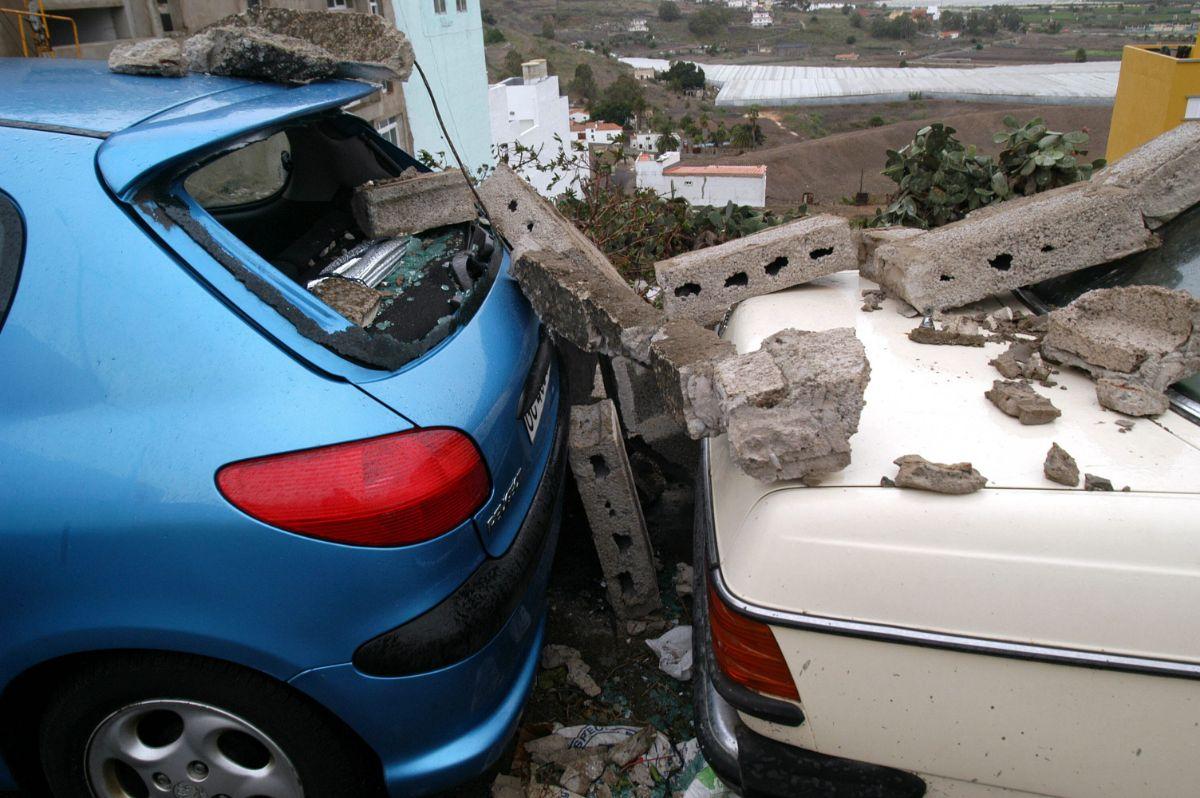 Muro derribado sobre dos coches en Arucas_547 TORMENTA DELTA