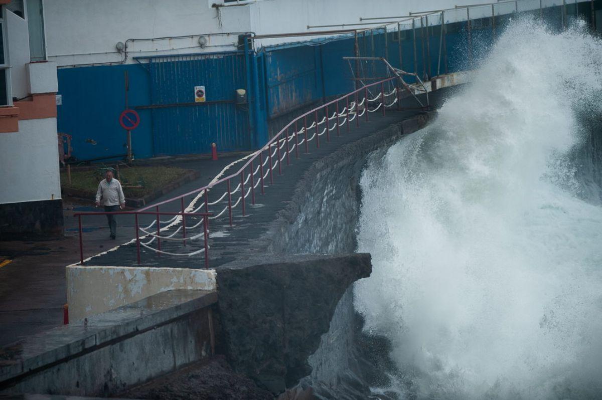 Olas gigantes se ceban con la costa norte de la Isla