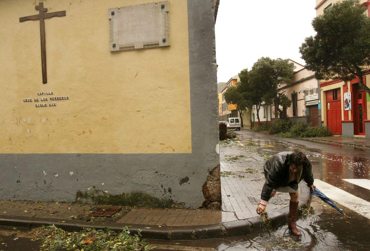 Vecina limpiando alcantarilla en La Laguna_638 TORMENTA DELTA