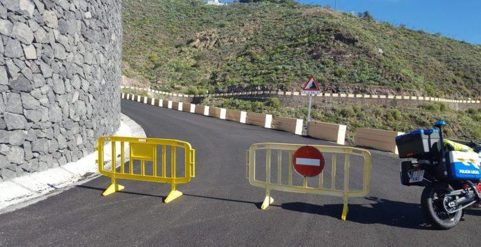 Cierran la carretera de Los Campitos para retirar el coche del accidente mortal de la semana pasada