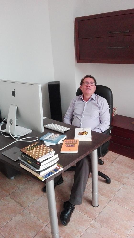El periodista Enrique Bethencourt analiza la trayectoria de Unión del Pueblo Canario (1979-1984). / DA