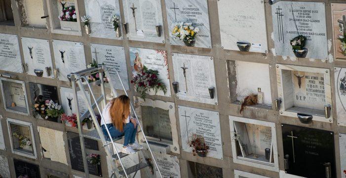 Flores y recuerdos llenan los cementerios de Tenerife