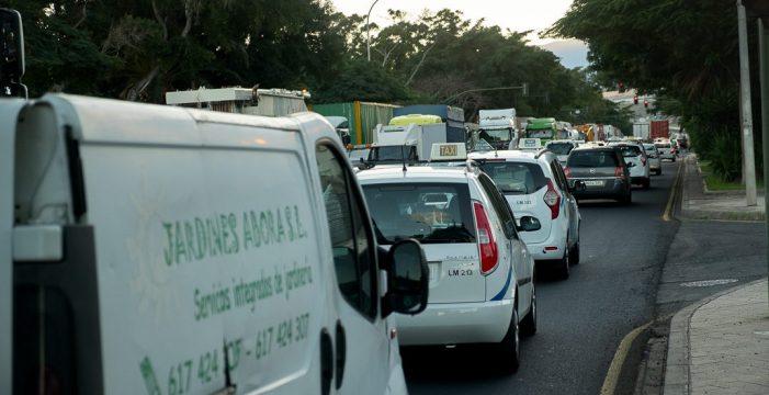 """Casi 400 taxis crean el caos en la entrada de Santa Cruz por el Sur: """"La hemos liado gorda"""""""