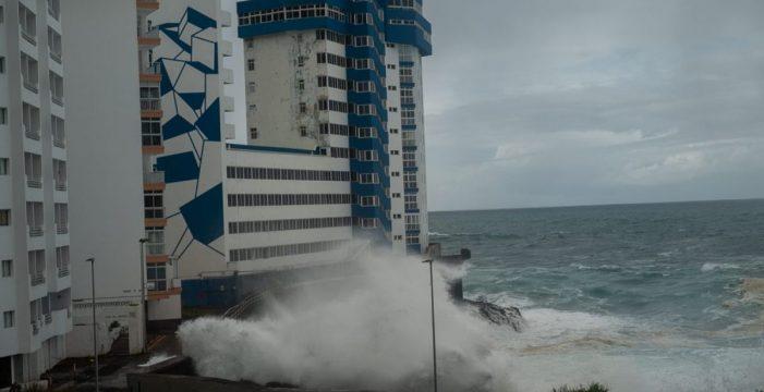 """Paloma Nuche (Greenpeace), sobre las imágenes de la ola que arrancó el balcón en Tacoronte: """"Nos quedamos muy alarmados, con la sensación de que ya lo habíamos dicho"""""""
