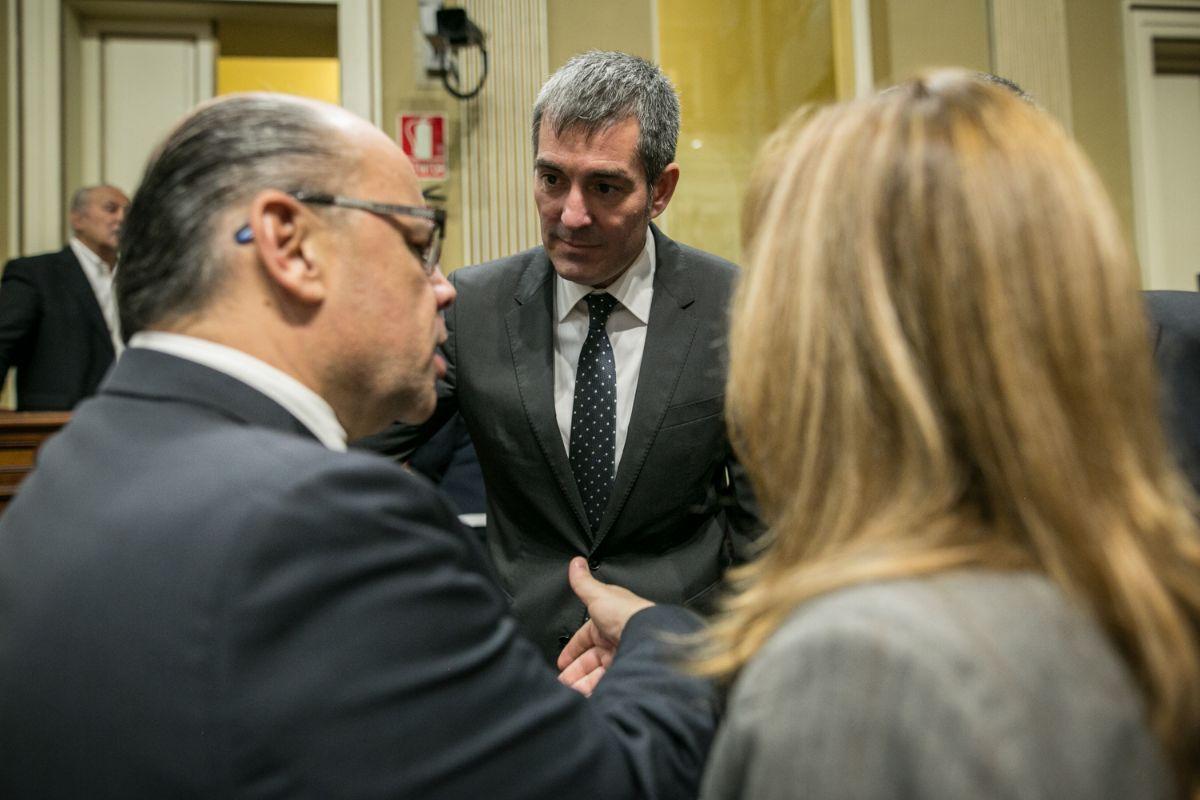 El presidente del Gobierno de Canarias, Fernando Clavijo (CC) fija la mirada en el consejero de Justicia de su Ejecutivo y secretario general de CC, José Miguel Barragán, a la izquierda. DA