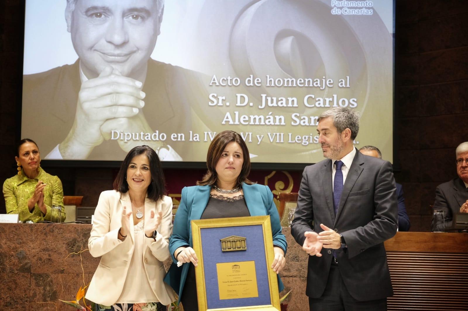 Arriba, la hija del homenajeado, Patricia Alemán, recibe un recordatorio en un acto multitudinario al que no faltaron algunos de los expresidentes autonómicos. S.M.
